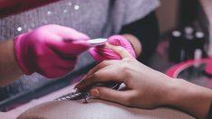 Mujer se lastima un dedo en el salón de manicura y contrae una bacteria carnívora