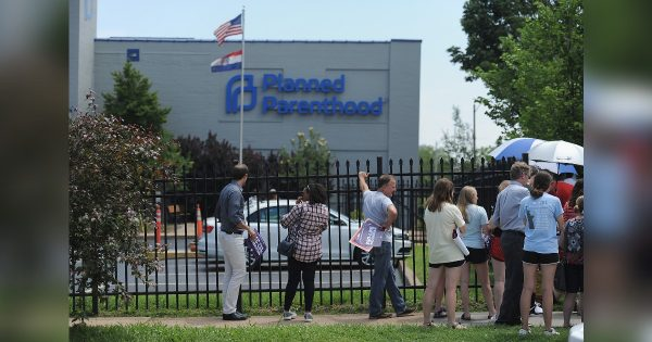 Un grupo de manifestantes se reúne durante una manifestación a favor de la vida frente al Centro de Salud Reproductiva de Planned Parenthood en St. Louis, Missouri, el 4 de junio de 2019. (Michael B. Thomas/Getty Images)