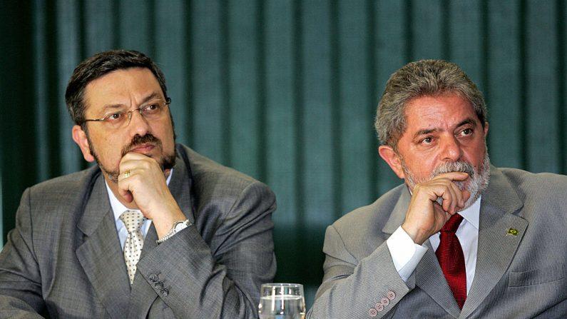Foto tirada em 24 de agosto de 2005 em Brasília do presidente brasileiro Luiz Inácio Lula da Silva (Dir) e seu ministro das Finanças, Antonio Palocci, durante uma cerimônia (Foto por EVARISTO SA / AFP / Getty Images)