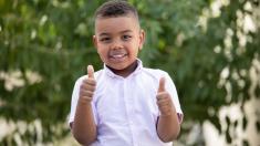 """Niño de 6 años dona sus ahorros para dar comida a evacuados por huracán Dorian: """"eran para ir a Disney"""""""