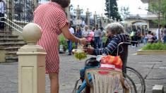 """Foto de abuelita mexicana vendiendo dulces en su silla de ruedas provoca un """"viejitatón"""""""