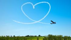 Piloto pide matrimonio con romántica acrobacia aérea, pero su historia de amor termina en tragedia