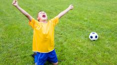 FIFA nomina a una mamá al Premio a la Afición por narrarle los partidos de fútbol a su hijo ciego