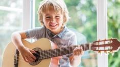 Niño de 7 años agita las redes con su guitarra en magistral interpretación del clásico de Johnny Cash