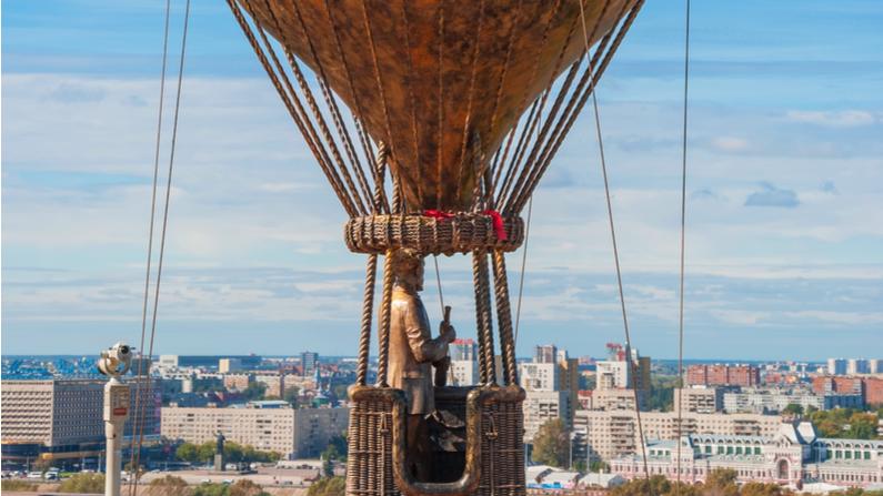 Monumento al escritor francés Julio Verne en el terraplén de Fedorovsky en Nizhny Novgorod inaugurado en 2015. (Shutterstock)