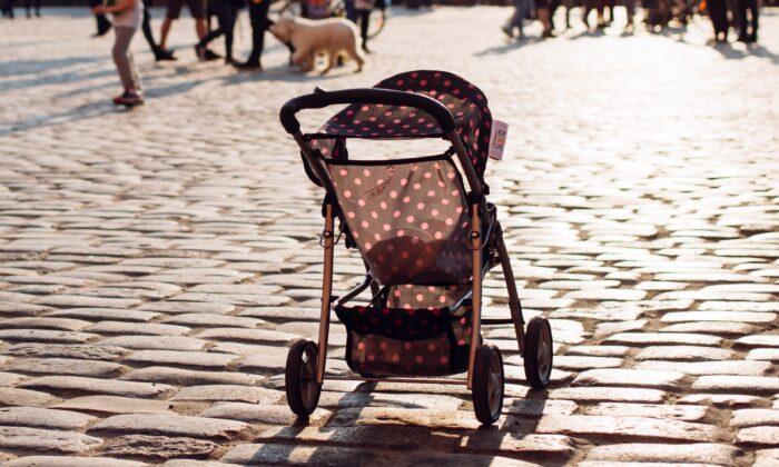 Imagen de archivo ce cochecito para bebé vacío.  (freestocks.org/Unsplash)
