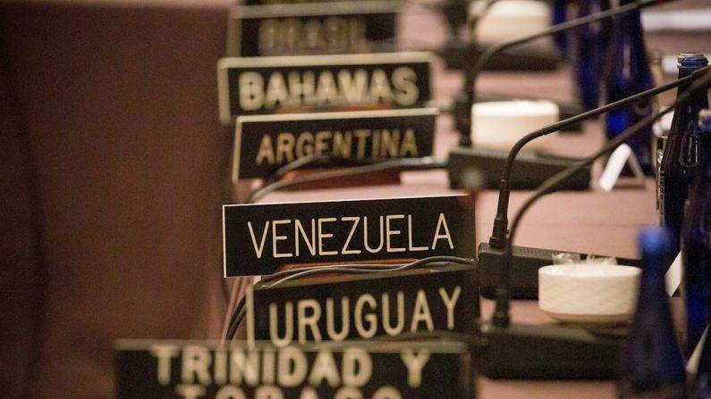 Imagem de uma placa com o nome da Venezuela durante a reunião dos ministros das Relações Exteriores dos países membros do Tratado de Assistência Recíproca (TIAR), realizada terça-feira em Nova Iorque (Estados Unidos). Com uma clara maioria, os Estados do TIAR aprovaram uma resolução na qual se comprometem a identificar e punir pessoas e entidades associadas ao governo venezuelano e que estão ligadas a atividades ilegais, corrupção ou violações de direitos humanos (Foto: EFE / Michael Nagle)