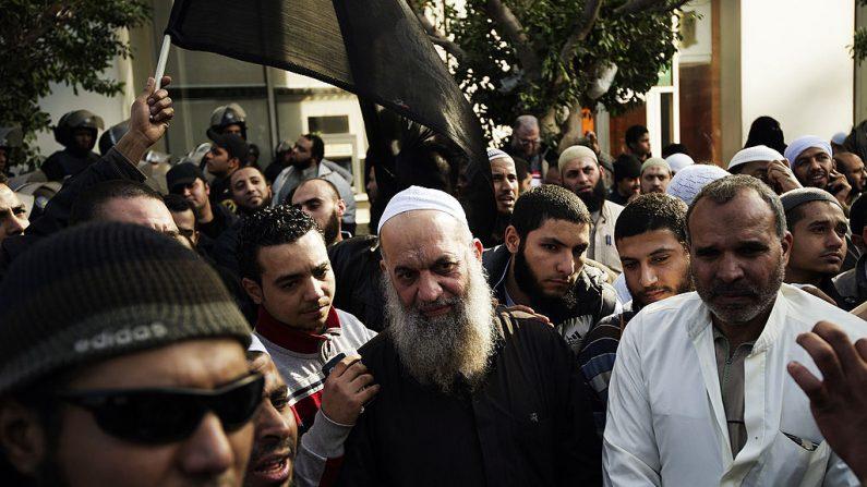 Mohammed al-Zawahiri (C), líder da Salafi Jihad no Egito, participa de uma manifestação organizada por islâmicos egípcios contra a intervenção francesa no Mali em 18 de janeiro de 2013 no Cairo (Foto de GIANLUIGI GUERCIA / AFP / Getty Images)