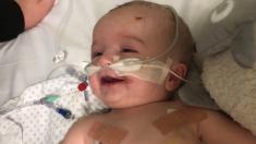 Bebé rompe expectativas de los médicos al despertar de un coma después de 5 días y sonreír a su papá