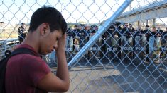 Migrantes bloquean puente internacional entre México y Texas