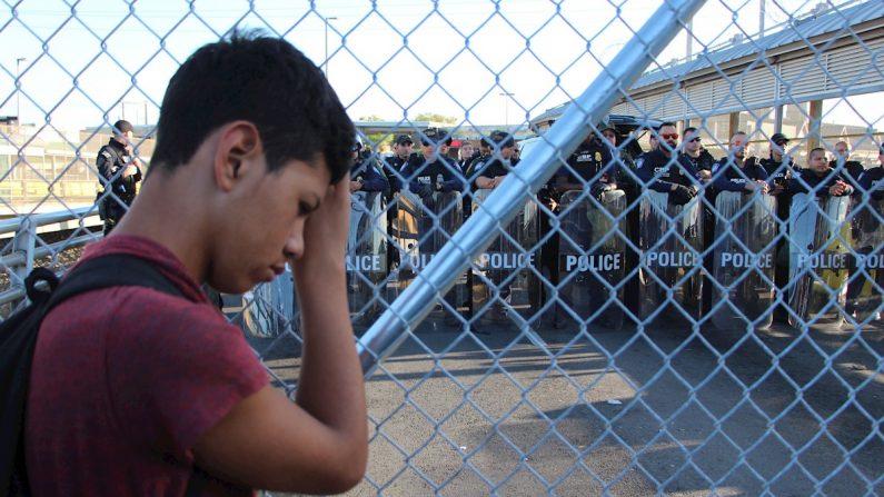 Migrantes centroamericanos esperan a las afueras de la estación fronteriza de Puente Nuevo, este jueves en Matamoros (México). (EFE/Abraham Pineda Jácome)