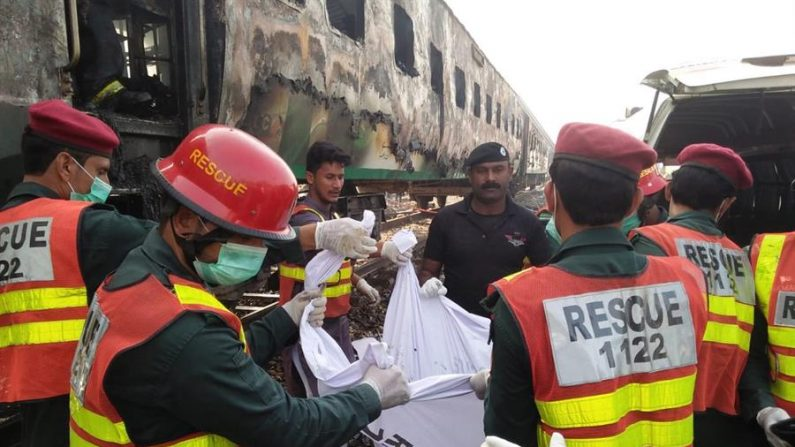Los socorristas trasladan los cuerpos de las víctimas después que un incendio devastara un tren de pasajeros cerca de Rahim Yar Khan, Pakistán, el 31 de octubre de 2019. EFE/EPA/STRINGER