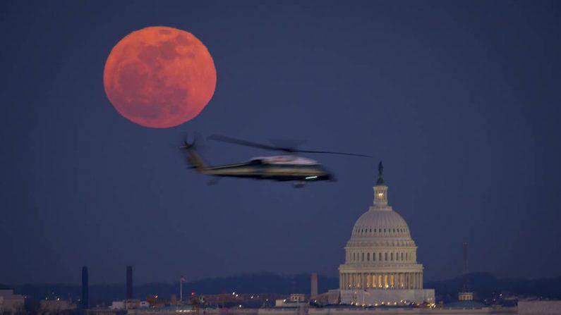Imagen de archivo. Un helicóptero del Cuerpo de Marines de los Estados Unidos se ve volando a través de esta escena de la Luna llena y el Capitolio de los Estados Unidos el martes 7 de febrero de 2012 desde el Cementerio Nacional de Arlington. Crédito de la foto: (NASA / Bill Ingalls)