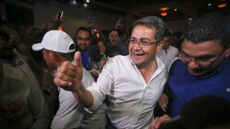 El presidente de Honduras ,Juan Orlando Hernández (c), celebra el domingo 26 de noviembre de 2017, al considerarse ganador de las elecciones presidenciales, en Tegucigalpa (Honduras). EFE/Gustavo Amador/Archivo