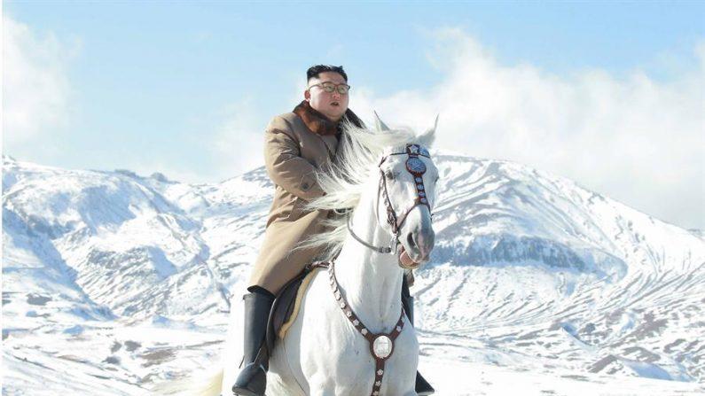 El líder norcoreano Kim Jong-un cabalga un caballo blanco a través de la nevada montaña Paektu. EFE/EPA/KCNA