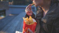 Gerente do McDonald's bate com liquidificador no rosto de mulher que reclamava do seu pedido (vídeo)
