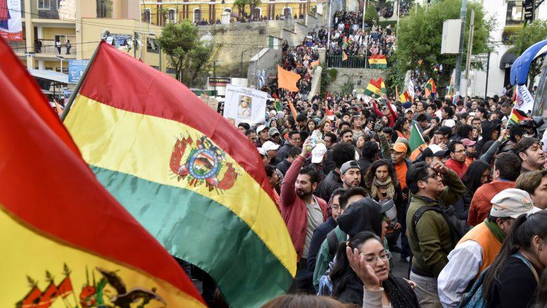 Partidários do candidato presidencial da Bolívia, ex-presidente (2003-2005) Carlos Mesa, se reúnem em frente ao hotel onde o Supremo Tribunal Eleitoral tem sua sede para contar os votos eleitorais, em La Paz, em 21 de outubro de 2019 (Aizar Rales / AFP via Getty Images)
