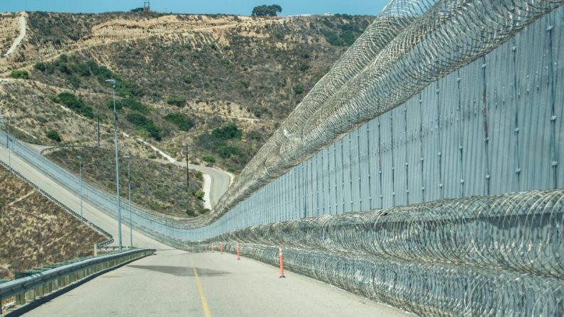 """La cerca secundaria de la frontera entre Estados Unidos y México se encuentra cerca de un área conocida popularmente como """"Smuggler's Gulch"""", en San Diego el 12 de julio de 2017. La Patrulla Fronteriza agregó una segunda capa de cable de concertina a lo largo del fondo de la cerca que ayuda a reducir los asaltos en agentes. (Joshua Philipp/La Gran Época)"""