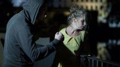 Homem que espancava ex-mulher na rua é derrubado por estranho que pula em sua cabeça (vídeo)