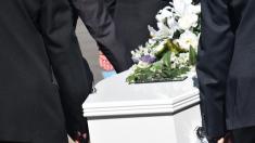 """""""¡Déjenme salir!"""": la voz de un hombre muerto se escucha desde su ataúd durante el funeral"""