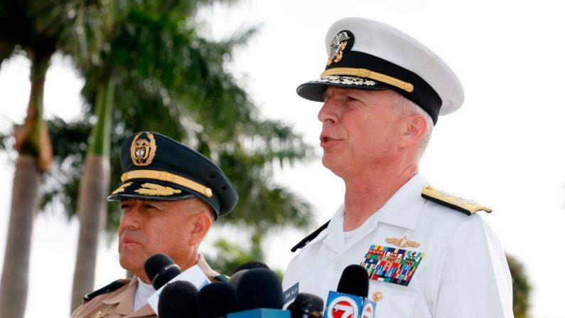Almirante da Marinha dos EUA, Craig S. Faller, comandante do Comando Sul dos EUA UU. (à direita) e comandante geral das forças militares colombianas, general do exército Luis Navarro Jiménez (à esquerda) no Comando Sul em Miami, Flórida, em 20 de fevereiro de 2019 (RHONA WISE / AFP / Getty Images)