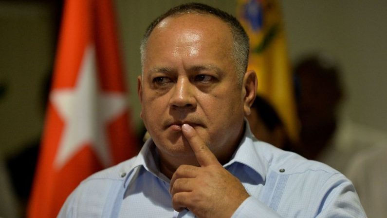 Diosdado Cabello faz gestos durante uma conferência de imprensa no Aeroporto Internacional José Martí, em Havana, em 7 de junho de 2019 (YAMIL LAGE / AFP / Getty Images)
