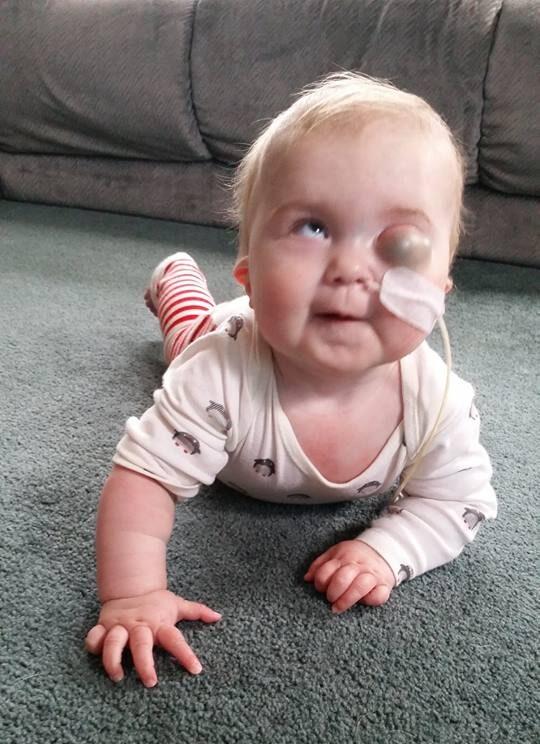 Eva mostrando sus habilidades para el tiempo boca abajo en la casa de su proveedor de cuidado infantil en el hogar.