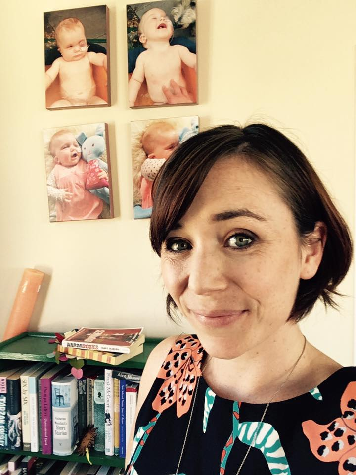 Tessa en su apartamento en la ciudad de Wellington, frente a fotos de Eva antes de dar un discurso en un evento del Día de las Enfermedades Raras en 2016.