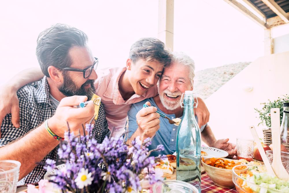 padre-hijo-abuelo-comida-reunión