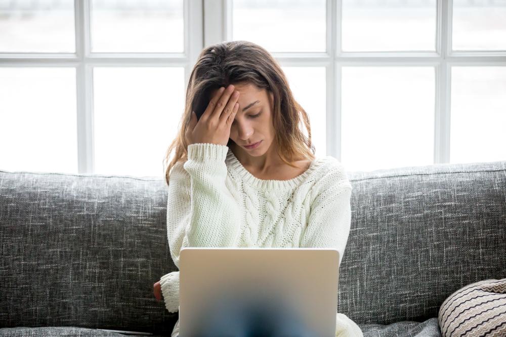 mujer-dolor-cabeza-cansada-laptop