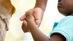 Heroicos papás entran a consolar a los nerviosos niños en su primer día de clases