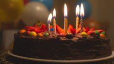 Mira la reacción invaluable de las quintillizas cuando papá apaga las velas de su cumpleaños