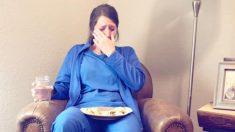 La dolorosa foto de una enfermera agotada luego del parto de un bebé que nació muerto se hace viral