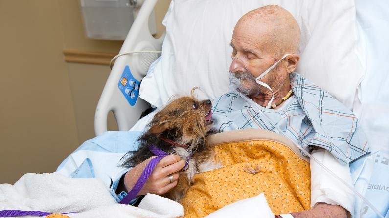 John Vincent y su perro Patch. (Cortesía: Albuquerque Animal Welfare)