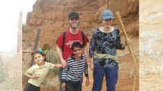 Madre ciega cuenta su valeroso viaje al criar a sus dos hijos adoptivos ciegos