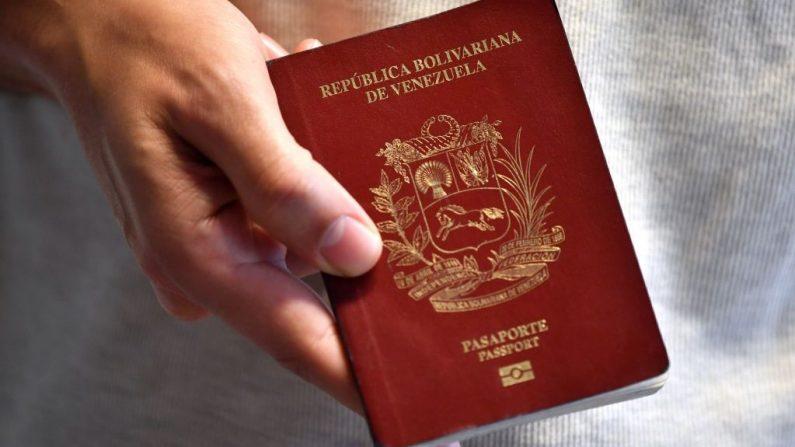 Un ciudadano venezolano muestra su pasaporte en Montevideo el 17 de agosto de 2018. (Foto de STF/AFP/Getty Images)