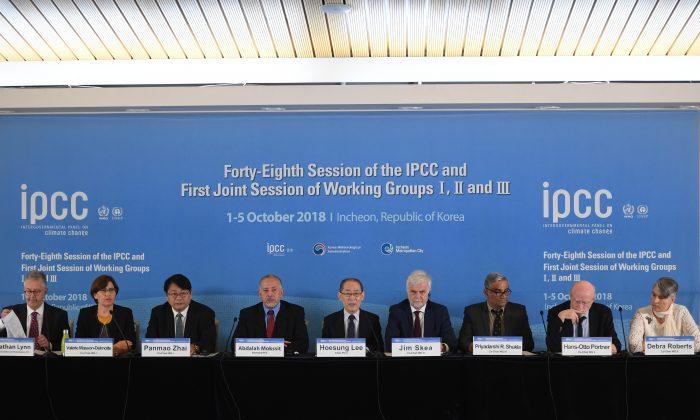 Hoesung Lee (C), presidente del IPCC, habla durante una conferencia de prensa del Grupo Intergubernamental de Expertos sobre el Cambio Climático (IPCC) en Songdo Convensia, Incheon, Corea del Sur, el 8 de octubre de 2018. (JUNG YEON-JEON/AFP/Getty Images)