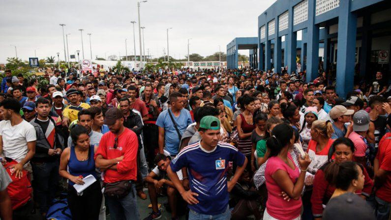 Migrantes venezolanos hacen cola para entrar a Perú en el Centro Binacional de Atención Fronteriza (CEBAF) en Tumbes, Perú, el 31 de octubre de 2018. (Juan Vita/AFP/Getty Images)