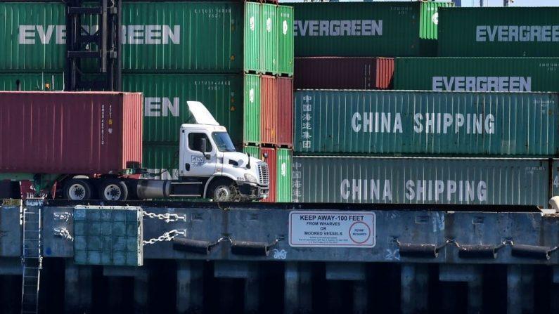 Mercancías provenientes de China y otras naciones se descargan en el puerto de Long Beach en Los Ángeles, California, el 16 de febrero de 2019. (Foto de MARK RALSTON/AFP/Getty Images)