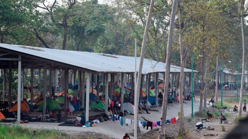 Vista del parque 'Feria Mesoamericana' utilizado como refugio por migrantes de África, India y Haití en Tapachula, Chiapas, sur de México, el 28 de abril de 2019. (ALFREDO ESTRELLA/AFP vía Getty Images)