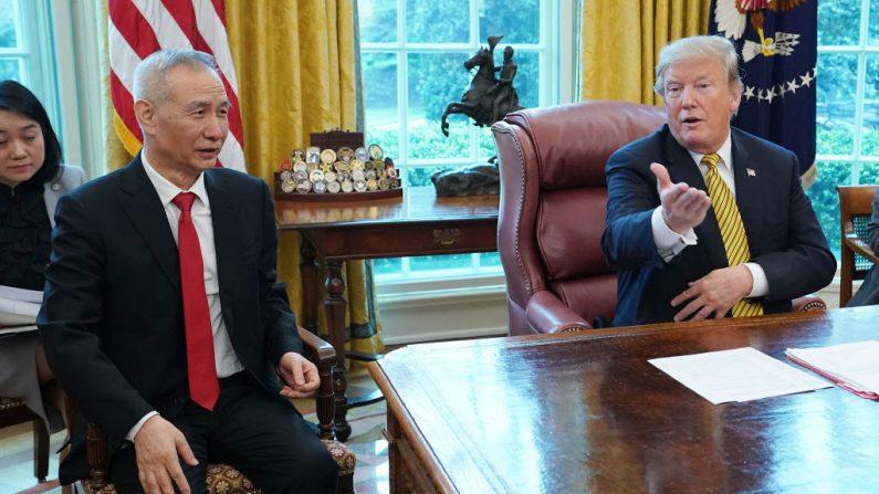 El presidente de EE.UU. Donald Trump (der) y el viceprimer ministro chino Liu He con periodistas en la Oficina Oval en la Casa Blanca 04 de abril de 2019 en Washington, DC. (Chip Somodevilla/Getty Images)