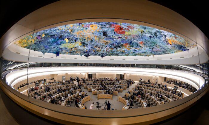 Esta foto muestra una visión general de la sala del Consejo de Derechos Humanos de las Naciones Unidas durante un debate sobre el informe del relator especial de la ONU sobre ejecuciones extrajudiciales, sumarias o arbitrarias sobre el asesinato del periodista saudí Jamal Khashoggi, en Ginebra, el 26 de junio de 2019. (FABRICE COFFRINI/AFP/Getty Images)