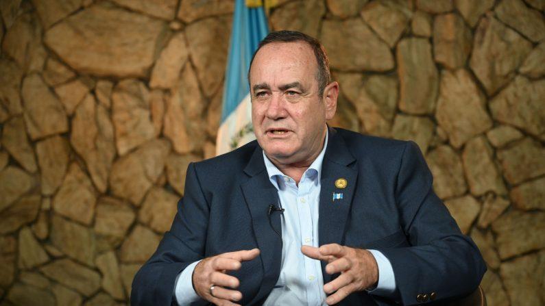 El presidente electo Alejandro Giammattei habla durante una entrevista con AFP en la Ciudad de Guatemala el 12 de agosto de 2019. (Johan Ordonez/AFP/Getty Images)