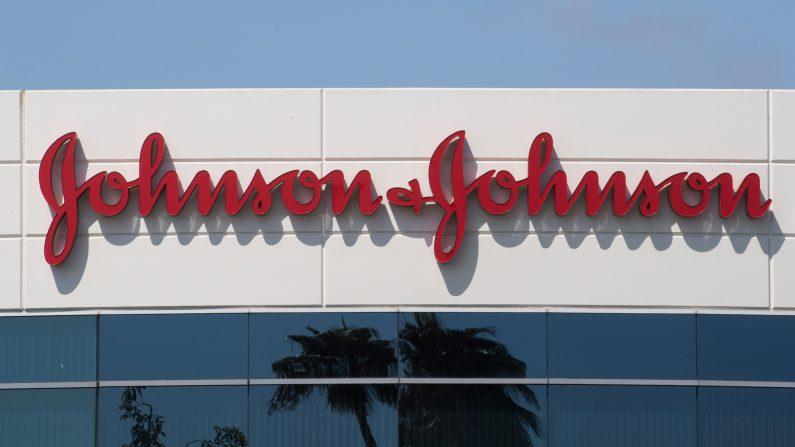 Campus de Johnson & Johnson muestra su logotipo en Irvine, California, el 28 de agosto de 2019. (MARK RALSTON/AFP/Getty Images)