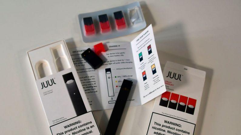 """En esta fotografía de archivo tomada el 2 de octubre de 2018, se muestra el contenido de una caja de cigarrillos electrónicos Juul en Washington. Según un informe de noticias, los reguladores de EE. UU. están investigando el """"marketing engañoso"""" utilizado por la popular marca de cigarrillos electrónicos JUUL Labs, dirigido a adolescentes. Se conoce que la práctica de 'vapeo' con cigarrillos electrónicas es la causa de una epidemia de Insuficiencia pulmonar que hasta el 31 de octubre de 2019 ha causado 34 muertos. (EVA HAMBACH / AFP / Getty Images)"""