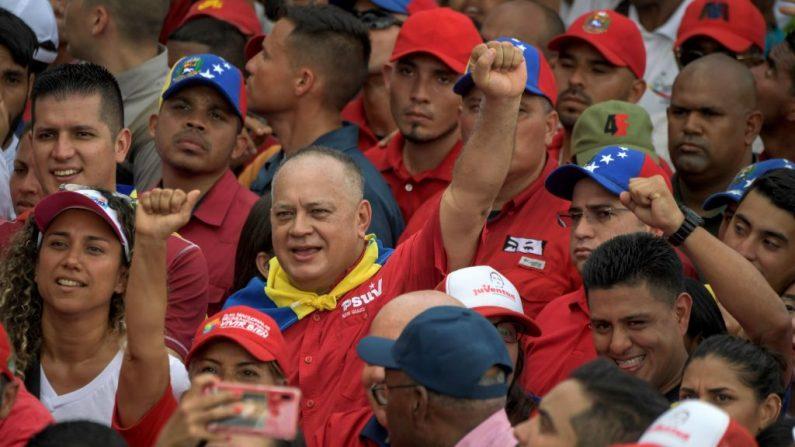 El presidente de la Asamblea Nacional Constituyente de Venezuela, Diosdado Cabello (C), levanta el puño durante un mitin para conmemorar el 11º aniversario de la fundación de la Juventud del Partido Socialista Unido de Venezuela (PSUV) en Caracas el 12 de septiembre de 2019. (FEDERICO PARRA/AFP/Getty Images)
