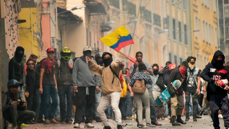 Manifestantes chocan con la policía antidisturbios en protestas contra el gobierno del presidente ecuatoriano Lenin Moreno, en Quito, el 3 de octubre de 2019. (RODRIGO BUENDIA/AFP vía Getty Images)