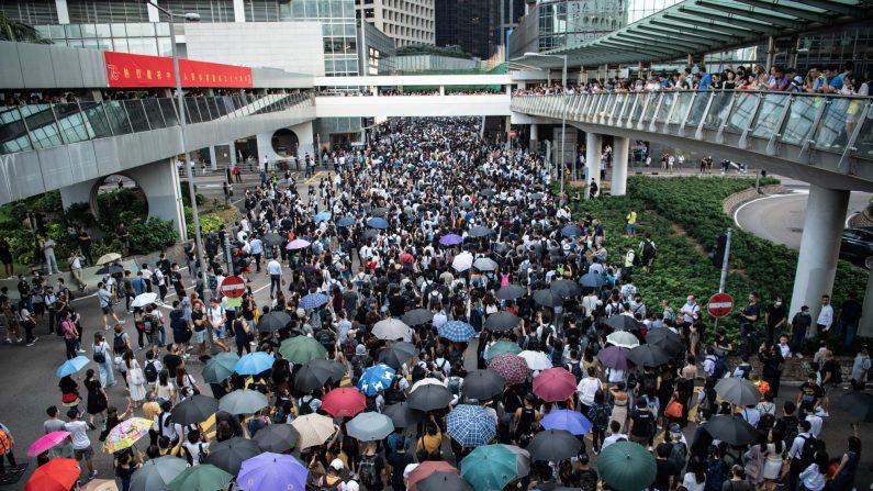 Las personas protestan contra la prohibición del gobierno de las máscaras faciales en Central el 4 de octubre de 2019 en Hong Kong (Laurel Chor/Getty Images)