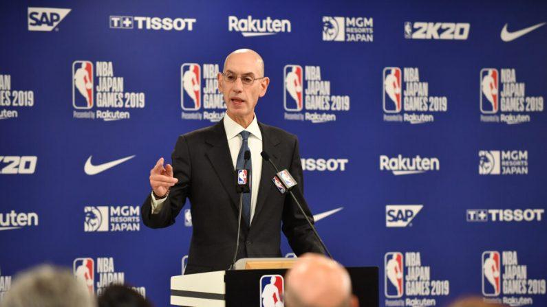 El Comisionado de la NBA, Adam Silver, habla durante una conferencia de prensa previo a los Juegos de la NBA en Japón, 2019,  entre los Toronto Raptors y los Houston Rockets en Saitama, 8 de octubre de 2019. - (KAZUHIRO NOGI/AFP a través de Getty Images)
