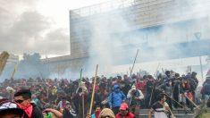 """Policía retoma control del Parlamento de Ecuador tras asalto de indígenas al grito de """"¡fuera Moreno!"""""""